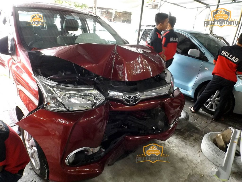 Toyota Avanza Veloz Perbaikan Setelah Kecelakaan Laris Abadi